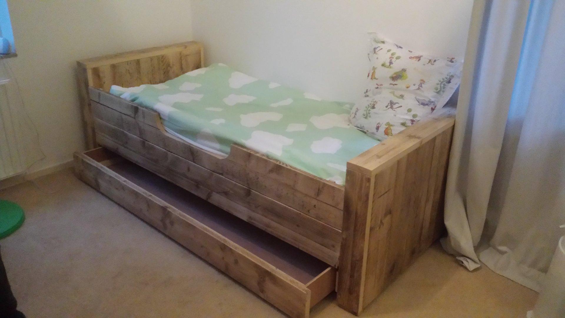 Beroemd Bed met lade van gebruikt steigerhout @VK66
